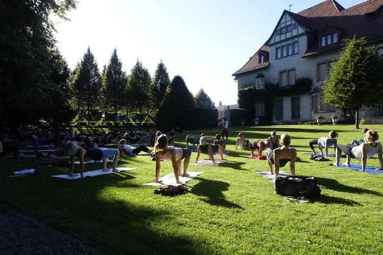 Urban Yoga im Park des Museums Langmatt